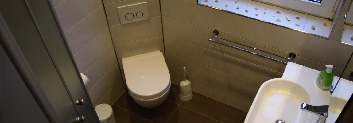 Das moderne Bad im Erdgeschoss - Foto: Haus »Lea«